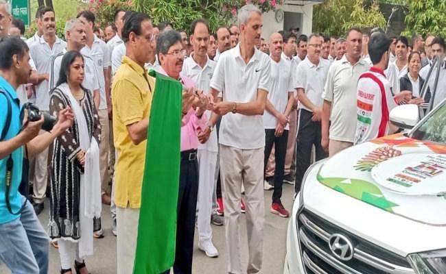 विश्व शांति के लिए राजस्थान से लंदन के लिए रवाना हुई कार रैली, डीजीपी भूपेंद्र सिंह ने दिखाई हरी झंडी