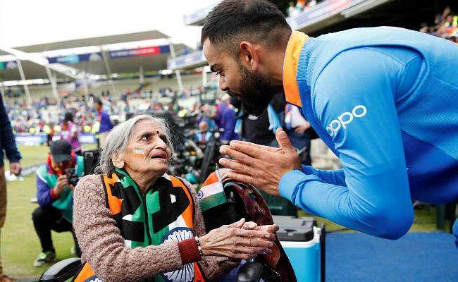 टीम इंडिया की ''सुपर फैन'' चारुलता को कैप्टन विराट कोहली ने लिखी चिट्ठी, दिये मैच के टिकट