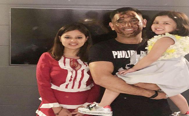 धौनी ने टीम इंडिया के साथ मनाया बर्थडे, बेटी जीवा और साक्षी के साथ लगाये ठुमके, देखें VIDEO