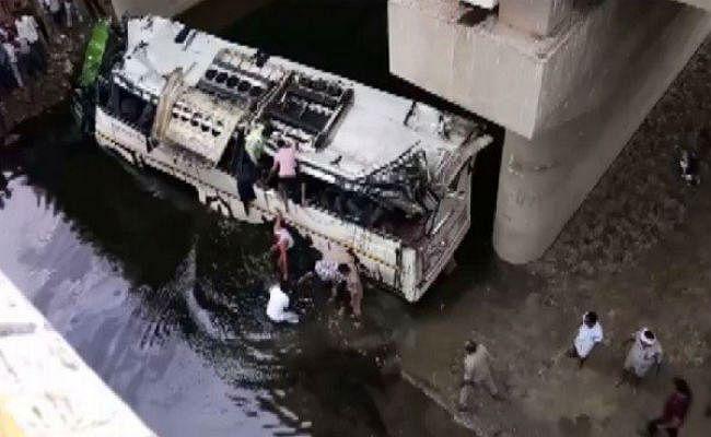 यमुना एक्सप्रेस-वे पर बड़ा हादसाः पुल से नीचे गिरी बस, 29 की मौत, कई घायल, बचाव कार्य जारी