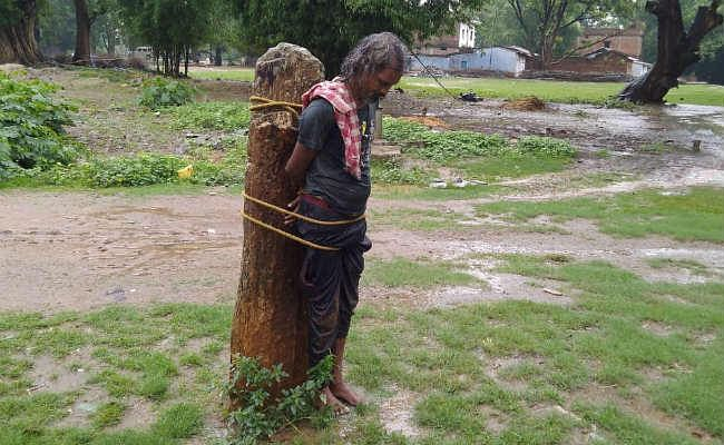 गुमला : लोगों पर हमला कर रहे अर्द्धविक्षिप्त को बारिश में कई घंटे पत्थर से बांधकर रखा