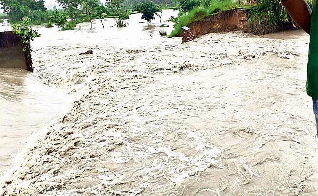 महानंदा व रिंगा नदियों में आये उफान से कई गांवों में घुसा बाढ़ का पानी