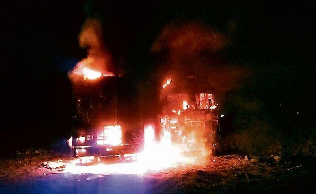 रांची : उग्रवादियों ने सात हाइवा, दो ट्रक व तीन पोकलेन जलाये