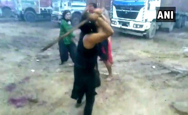 हरियाणा: करनाल नेशनल हाइवे पर किन्नरों ने लाठी-डंडों से की शख्स की पिटाई