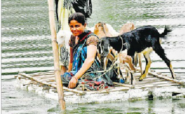 मुजफ्फरपुर बाढ़ : मुशहरी से कटे तीन गांव, नाव के सहारे गांव में आ जा रहे हैं ग्रामीण