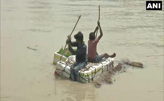 Flood in Bihar : दरभंगा में बाढ़ पीड़ितों ने कहा- हमारे पास खाने के लिए कुछ नहीं बचा