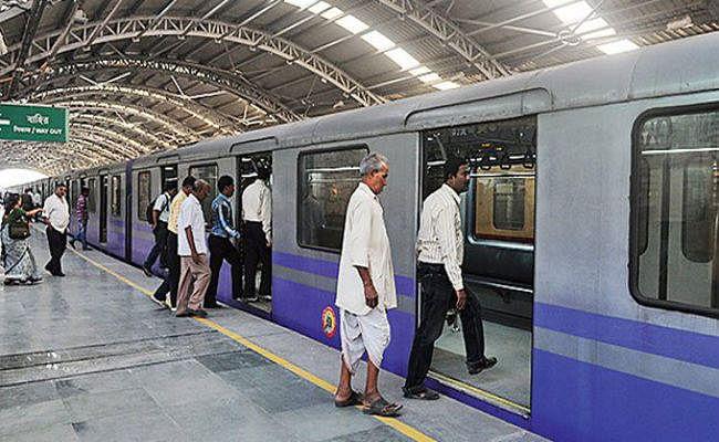 मेट्रो ट्रेन के दरवाजे में फिर फंसा यात्री का हाथ, चालक ने फौरन रोक दी ट्रेन