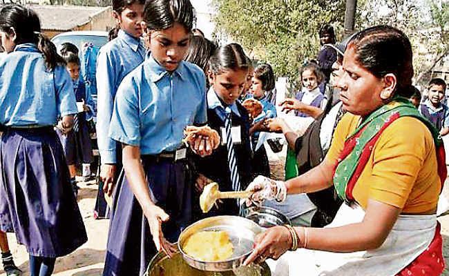 सूखा प्रभावित 18 जिलों में छुट्टी में भी मिलेगा मध्याह्न भोजन, दुर्गापूजा और जाड़े की छुट्टी में भी खुले रहेंगे स्कूल