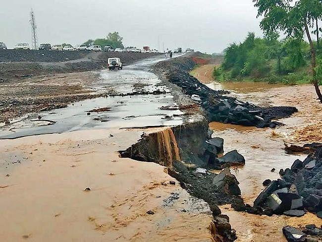बाढ़ के पानी में 50 फुट बही सड़क, बेतिया से संपर्क भंग