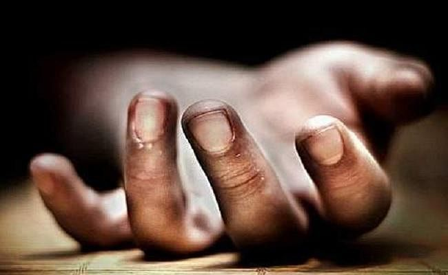 हाथ से छूटे मोबाइल को बचाने के चक्कर में ट्रेन से गिरा युवक, मौत