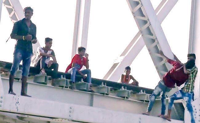 दरभंगा : मौज मस्ती का केंद्र बना हायाघाट रेल पुल, जान जोखिम में डाल कर वीडियो बना रहे युवा