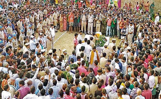 नालंदा : दंतेबाड़ा में आइडी ब्लास्ट में शहीद रोशन का शव पहुंचा गांव, नम आंखों ने ग्रामीणों ने शहीद को दी विदाई