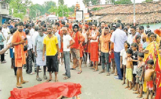 बस से कुचलकर दुध विक्रेता की मौत, परिजनों ने किया जाम, पांच किमी तक लगी वाहनों की कतार