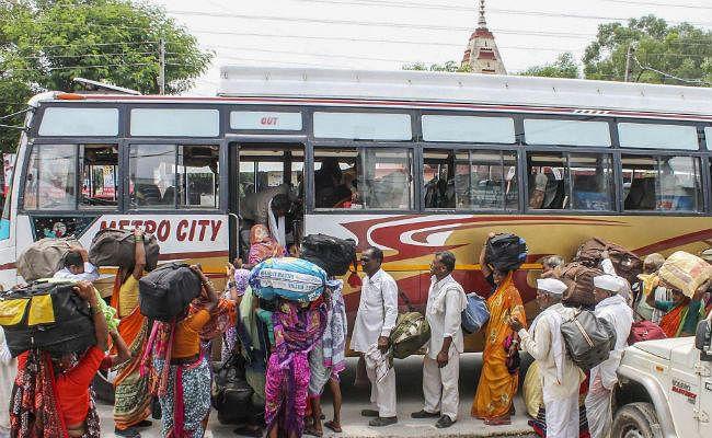 जम्मू कश्मीर प्रशासन के परामर्श के बाद घाटी से लौटने लगे सैलानी-श्रद्धालु