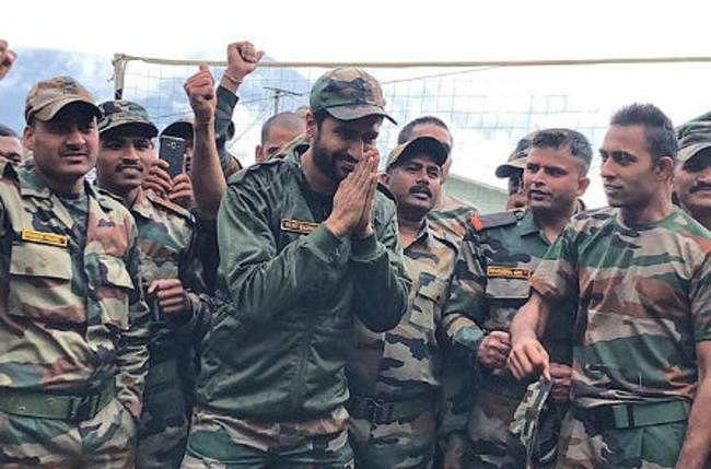 सेना कैंप में पहुंचे ''उरी'' एक्टर विकी कौशल, यूं बेली रोटियां