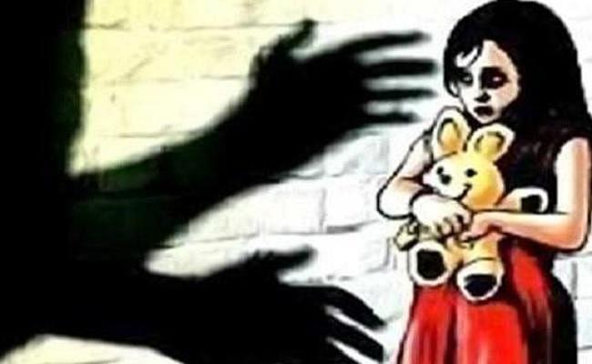 बच्ची के साथ दुष्कर्म, आरोपी को गिरफ्तार करने गयी पुलिस पर हमला