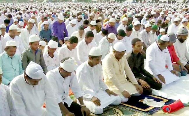 बकरीद पर कड़ी सुरक्षा व्यवस्था के बीच अकीदतमंदों ने पढ़ी नमाज, नेताओं ने दी बधाई, ...पढ़ें किसने क्या कहा?