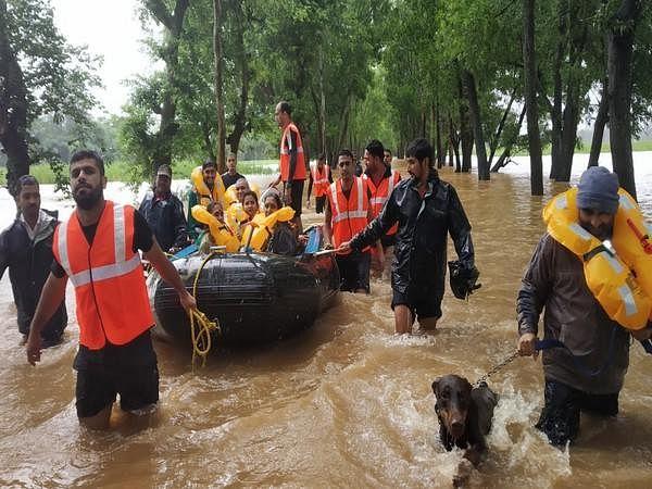 बाढ़ प्रभावित चार राज्यों में 192 लोगों की मौत, उत्तराखंड व कश्मीर में भूस्खलन में नौ मारे गये