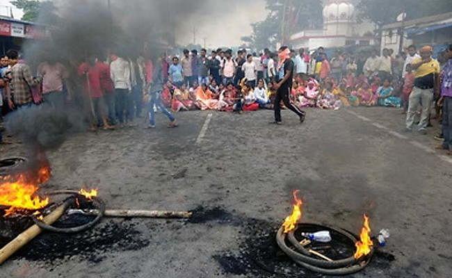 Jharkhand : रामगढ़ में ट्रिपल मर्डर केस से लोगों में आक्रोश, पतरातू-रामगढ़ मार्ग को किया जाम