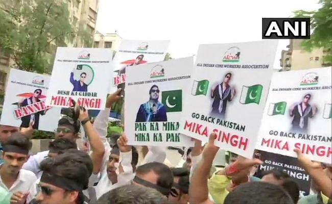 मीका सिंह के खिलाफ AICWA का विरोध प्रदर्शन, जानें पूरा मामला