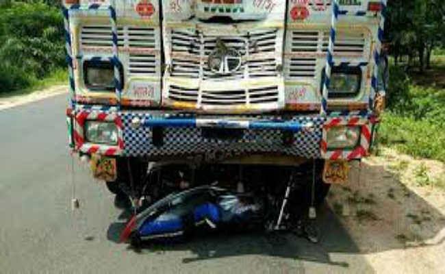 ट्रक ने बाइक सवार को कुचला, दो पुत्री के साथ गर्भवती महिला की मौत
