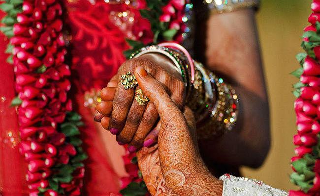 Court की टिप्पणी- भारत की लड़कियाें में अब भी डर, शादी बिन समाज में सम्मान नहीं