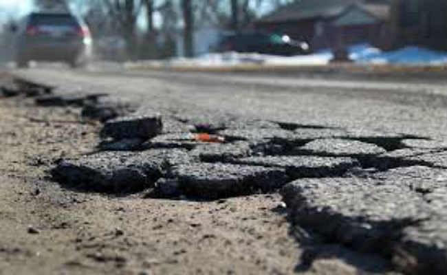 घटिया रोड बनाने वाली कंपनी निलंबित देश भर में नहीं मिलेगा ठेका, होगी वसूली