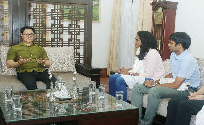 खेल मंत्री रीजीजू ने पीवी सिंधू को दिया दस लाख का चेक
