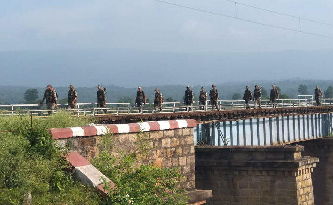 बोकारो : लुगु के टूटीझरना जंगल में नदी पार कर रहे थे नक्सली, पुलिस ने घेरा, हुई मुठभेड़