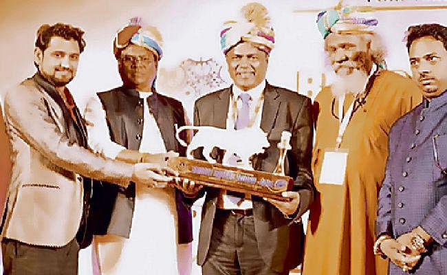 छात्रवृत्ति घोटाले में जिस आइएएस अफसर को बिहार सरकार तलाश रही, वह दिल्ली में केंद्रीय मंत्री से ले रहे पुरस्कार