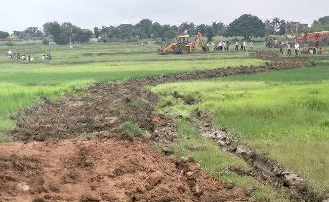 अच्छी पहल : ग्रामीणों ने रैयती जमीन दानकर श्रमदान से बना रहे हैं सड़क