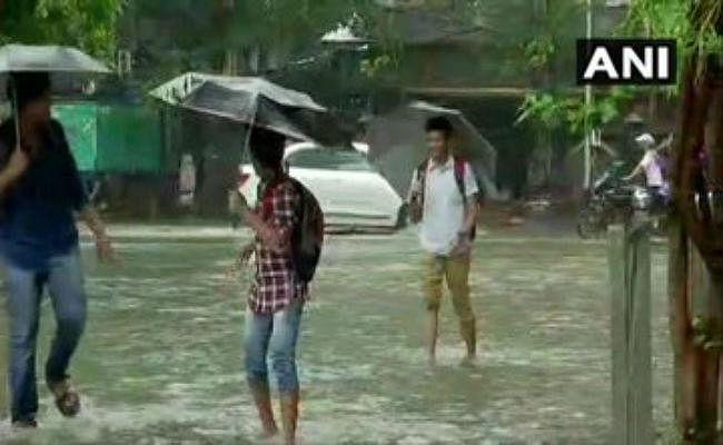 भारी बारिश के कारण मुंबई में फिर थमी जिंदगी की रफ्तार, शहर में अलर्ट तो समंदर से भी खतरा