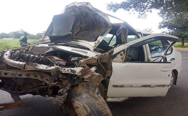 पालकोट में पेड़ से टकराई कार, दो की मौत, दो घायल