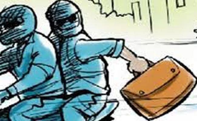 बिहार में कुरियर कंपनी के कर्मी से 10 लाख की लूट, हथियार से लैस होकर आये दो लुटेरे जाते वक्त उठा ले गये सीसीटीवी
