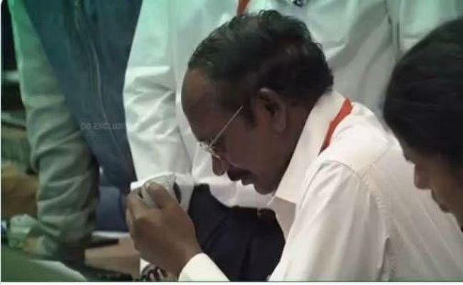 Chandrayaan-2: लैंडिंग के वक्त थमी सांसें, रातभर जागा देश, सभी ने कहा-  ISRO आप पर देश को गर्व
