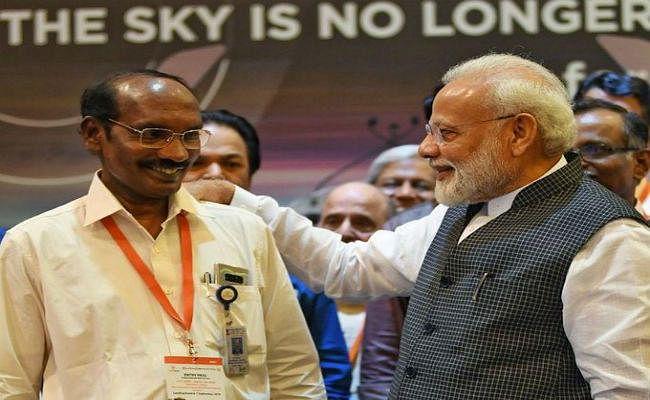 PM मोदी ने ISRO चेयरमैन की पीठ थपथपाई, कहा- जो किया वो छोटा नहीं था, उम्मीद की किरण बाकी