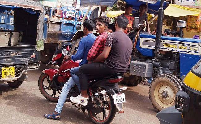 गुमला में नहीं सुधर रहे लोग, बिना हेलमेट पहने चला रहे बाइक