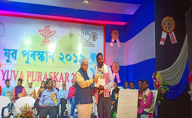युवा साहित्य अकादमी पुरस्कार से सम्मानित किये गये झारखंड के युवा कवि अनुज लुगुन