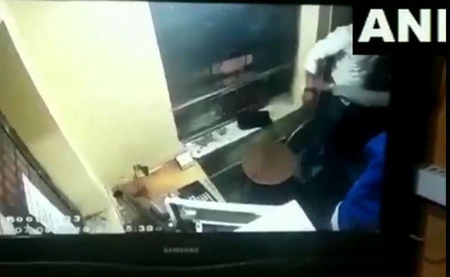 टोल बूथ पर पैसा मांगने के बाद भड़के सरपंच पति ने कर दी कर्मचारी की पिटाई, VIDEO वायरल