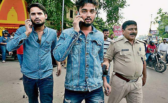 चालान कटने पर ट्रैफिक पुलिस से भिड़े दो युवक, जमकर हुई हाथापाई