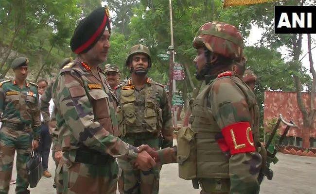 सेना के कमांडर ने जम्मू क्षेत्र में LoC के पास अग्रिम चौकियों का किया दौरा