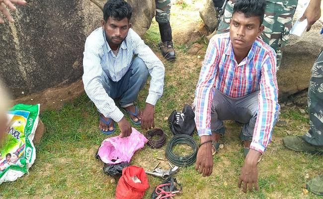 जमुई : चकाई से दो हार्डकोर नक्सली गिरफ्तार, विस्फोटक सामग्री व हथियार बरामद