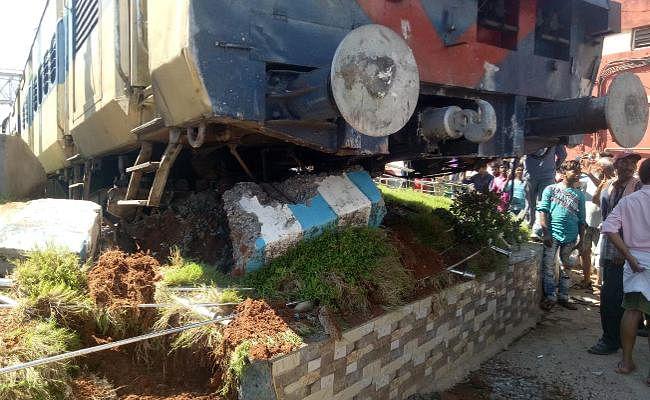 झारखंड : बैरियर तोड़कर जसीडीह स्टेशन से बाहर निकली लोकल ट्रेन, डीआरएम ने दिये जांच के आदेश