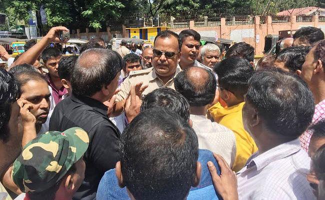 Ranchi : वन-वे के विरोध में व्यापारियों ने अपर बाजार में किया प्रदर्शन, चैंबर पर लगाये गंभीर आरोप