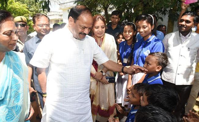 दुमका के कुसुमडीह में बोले रघुवर दास, बेटियों को मुख्यमंत्री सुकन्या योजना का लाभ जरूर मिले