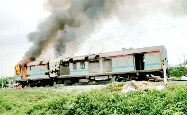 दिल्ली जा रही ब्रह्मपुत्र मेल की जेनरेटर बोगी में लगी आग, बोगी अलग कर ट्रेन को रवाना किया गया