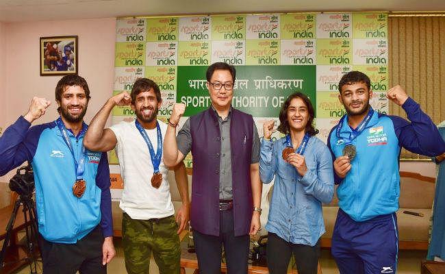 खेल मंत्री ने विश्व चैंपियनशिप में पदक जीतने वाले पहलवानों को किया सम्मानित