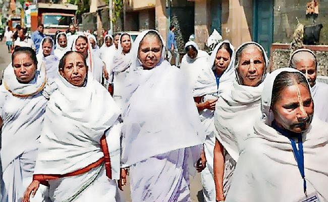 विधवाओं की जिंदगी अब भी है बेरंग, ये है इनके लिए कुछ सरकारी योजनाएं
