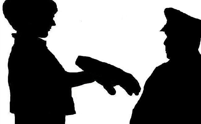 चिता से मृत विवाहित बेटी का अधजला हाथ लेकर थाने पहुंचा पिता, ...जानें क्या है मामला?