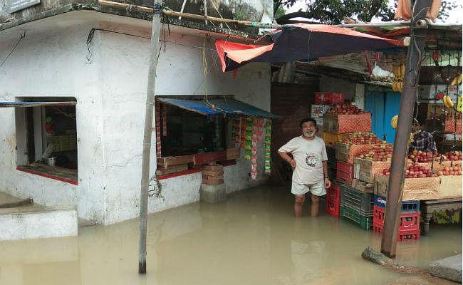बड़कागांव में 36 घंटे की बारिश से जनजीवन अस्त-व्यस्त, आर्थिक संकट से जूझ रहे मजदूर